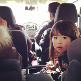 Sakurako rides on a minivan bound for Hot-spring.